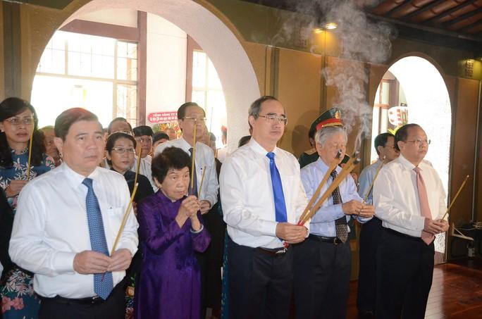Lãnh đạo TP HCM dâng hương tưởng nhớ Chủ tịch Tôn Đức Thắng - Ảnh 1.