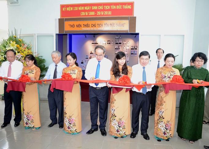 Lãnh đạo TP HCM dâng hương tưởng nhớ Chủ tịch Tôn Đức Thắng - Ảnh 2.