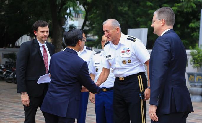 Đại tướng Mỹ thăm đền thờ Hai Bà Trưng - Ảnh 4.