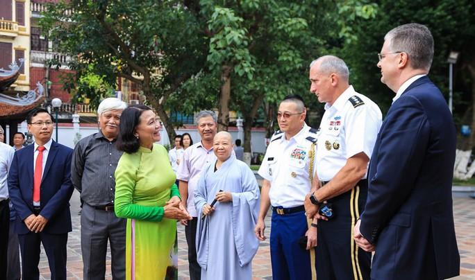 Đại tướng Mỹ thăm đền thờ Hai Bà Trưng - Ảnh 7.