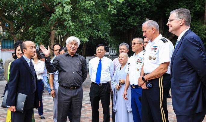 Đại tướng Mỹ thăm đền thờ Hai Bà Trưng - Ảnh 8.
