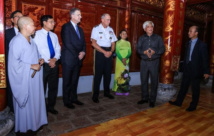 Đại tướng Mỹ thăm đền thờ Hai Bà Trưng - Ảnh 9.