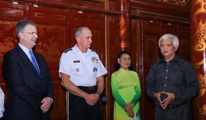 Đại tướng Mỹ thăm đền thờ Hai Bà Trưng - Ảnh 10.