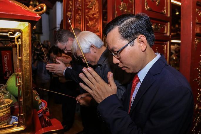 Đại tướng Mỹ thăm đền thờ Hai Bà Trưng - Ảnh 13.