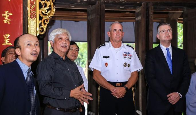 Đại tướng Mỹ thăm đền thờ Hai Bà Trưng - Ảnh 14.