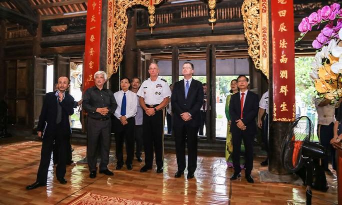 Đại tướng Mỹ thăm đền thờ Hai Bà Trưng - Ảnh 15.