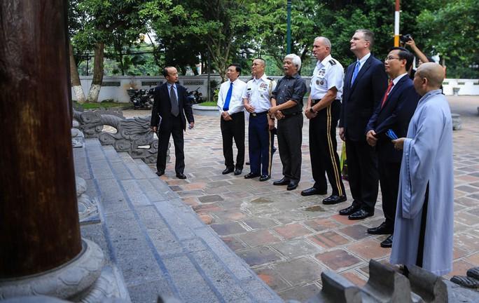 Đại tướng Mỹ thăm đền thờ Hai Bà Trưng - Ảnh 17.