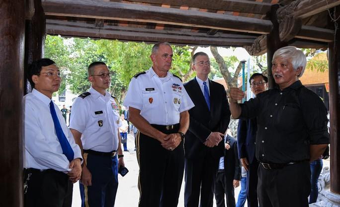 Đại tướng Mỹ thăm đền thờ Hai Bà Trưng - Ảnh 18.