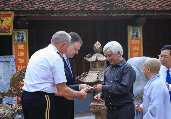 Đại tướng Mỹ thăm đền thờ Hai Bà Trưng - Ảnh 19.