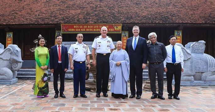 Đại tướng Mỹ thăm đền thờ Hai Bà Trưng - Ảnh 20.