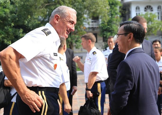 Đại tướng Mỹ thăm đền thờ Hai Bà Trưng - Ảnh 27.