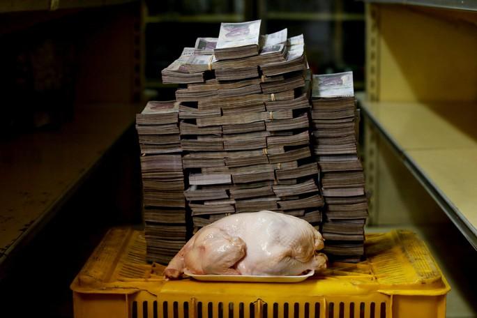 Mất giá khủng như tiền Venezuela: 1 kg thịt giá 9,5 triệu bolivar! - Ảnh 2.