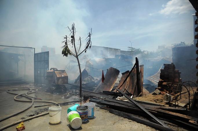 Cháy xưởng gỗ, xóm nghèo suýt bị thiêu rụi - Ảnh 2.