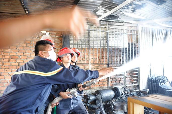 Cháy xưởng gỗ, xóm nghèo suýt bị thiêu rụi - Ảnh 4.