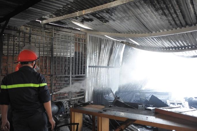Cháy xưởng gỗ, xóm nghèo suýt bị thiêu rụi - Ảnh 3.