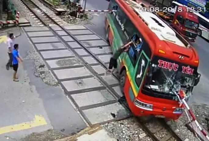 Video: Xe khách tông gãy gác chắn khi tàu hỏa lao tới, hành khách hoảng loạn - Ảnh 3.