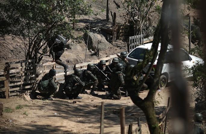 4.000 binh sĩ càn quét khu ổ chuột bắt tội phạm ma túy - Ảnh 7.