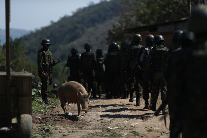 4.000 binh sĩ càn quét khu ổ chuột bắt tội phạm ma túy - Ảnh 8.