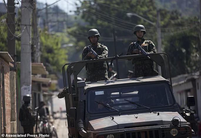 4.000 binh sĩ càn quét khu ổ chuột bắt tội phạm ma túy - Ảnh 1.