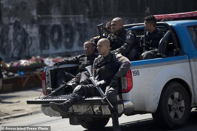4.000 binh sĩ càn quét khu ổ chuột bắt tội phạm ma túy - Ảnh 2.