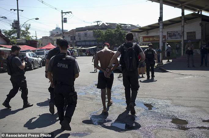 4.000 binh sĩ càn quét khu ổ chuột bắt tội phạm ma túy - Ảnh 5.
