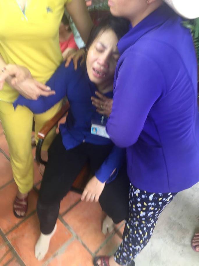 Mẹ ôm thi thể con gái lớp 4 gặp nạn gào khóc thảm thiết - Ảnh 1.