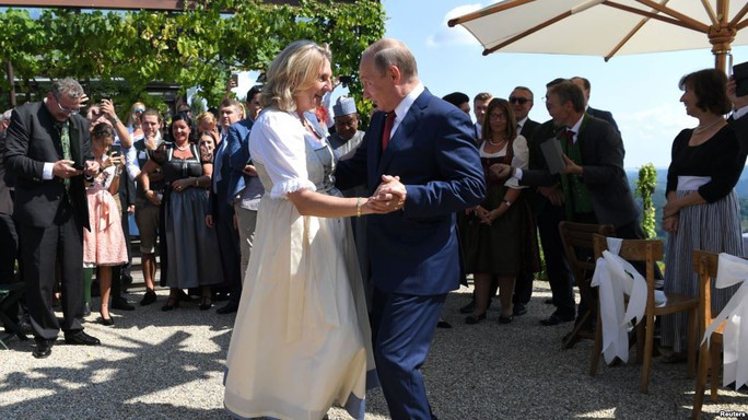 Nữ bộ trưởng Áo gây tranh cãi vì khuỵu gối chào ông Putin - Ảnh 1.