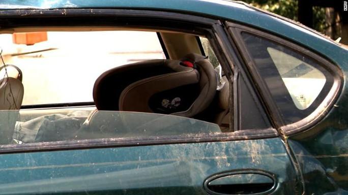 2 bé trai sống sót kỳ diệu trong xác ô tô nằm sâu trong khe núi - Ảnh 4.