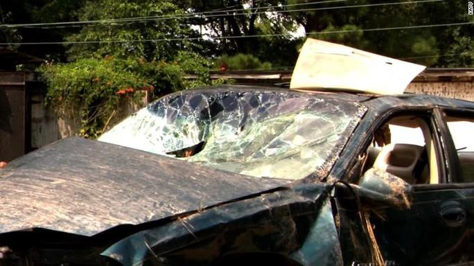 2 bé trai sống sót kỳ diệu trong xác ô tô nằm sâu trong khe núi - Ảnh 2.