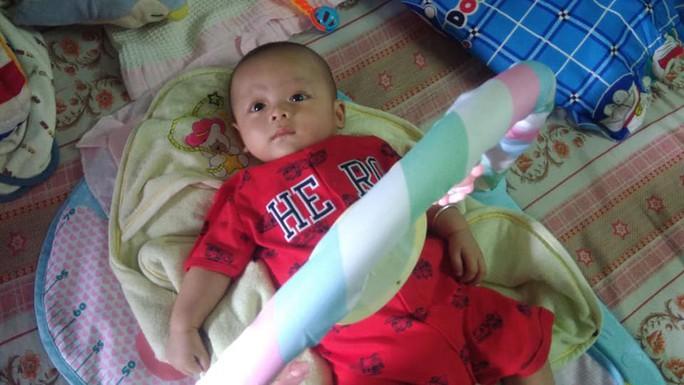 Bé trai khoảng 3 tháng tuổi bị bỏ rơi ngoài đường - Ảnh 1.