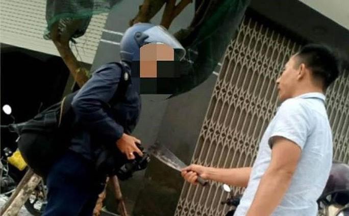 Bình Định: Sắp xét xử kẻ cầm dao dọa giết phóng viên - Ảnh 1.
