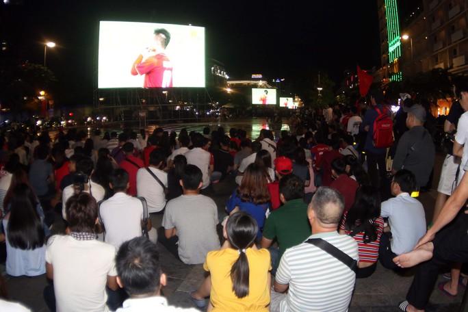 CĐV TP HCM diễu hành ăn mừng bằng xe máy sau trận thắng muộn của Olympic Việt Nam - Ảnh 1.