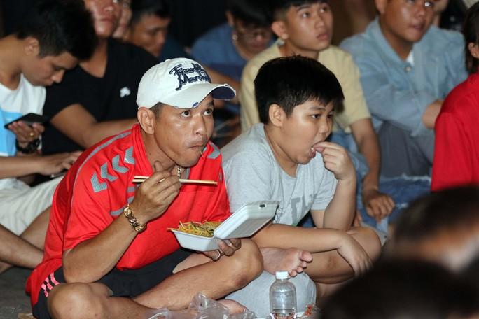 CĐV TP HCM diễu hành ăn mừng bằng xe máy sau trận thắng muộn của Olympic Việt Nam - Ảnh 2.