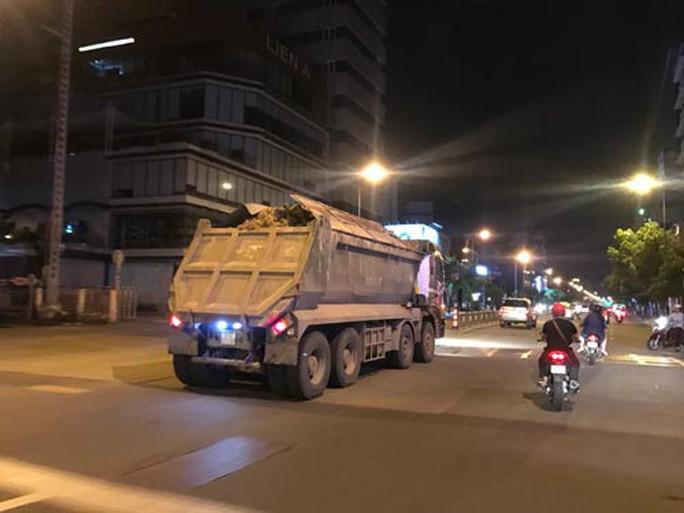 Xe tải nặng gây khiếp hãi ở nội đô - Ảnh 1.