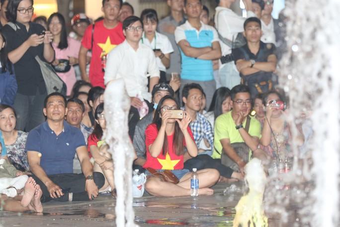 CĐV TP HCM diễu hành ăn mừng bằng xe máy sau trận thắng muộn của Olympic Việt Nam - Ảnh 4.