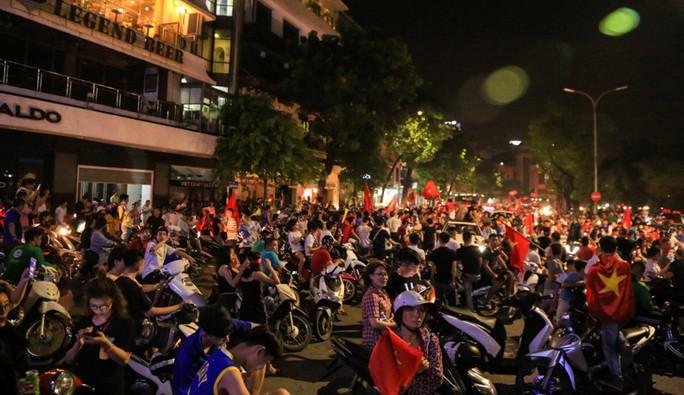 Hồ Gươm tràn ngập pháo sáng và cờ đỏ mừng chiến thắng Olympic Việt Nam - Ảnh 2.