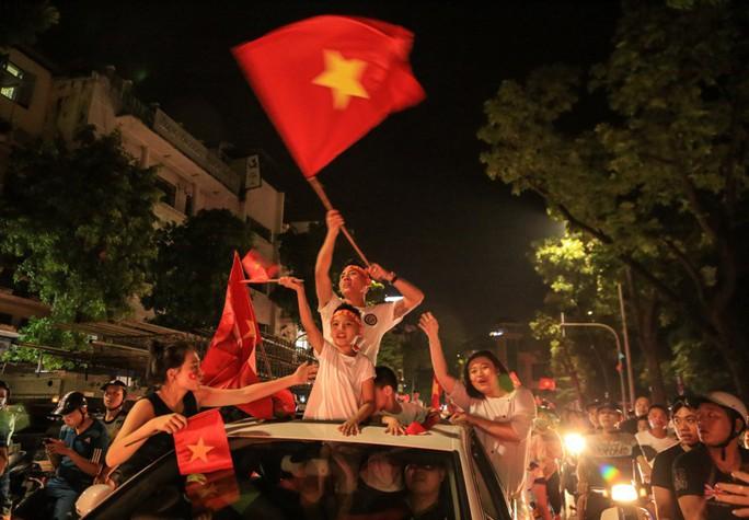 Hồ Gươm tràn ngập pháo sáng và cờ đỏ mừng chiến thắng Olympic Việt Nam - Ảnh 3.