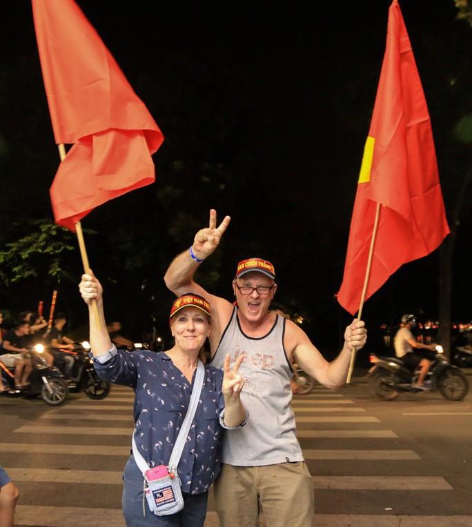 Hồ Gươm tràn ngập pháo sáng và cờ đỏ mừng chiến thắng Olympic Việt Nam - Ảnh 5.