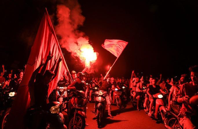 Hồ Gươm tràn ngập pháo sáng và cờ đỏ mừng chiến thắng Olympic Việt Nam - Ảnh 6.