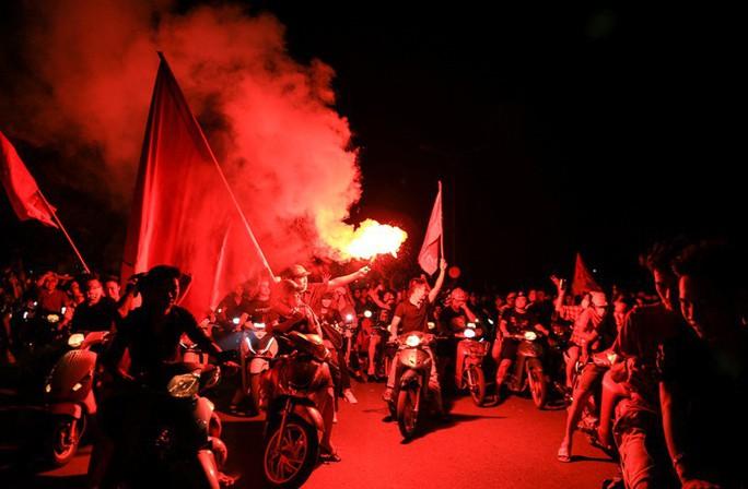 Hồ Gươm tràn ngập pháo sáng và cờ đỏ mừng chiến thắng Olympic Việt Nam - Ảnh 7.
