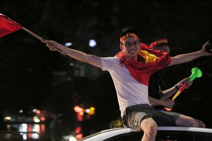 Hồ Gươm tràn ngập pháo sáng và cờ đỏ mừng chiến thắng Olympic Việt Nam - Ảnh 8.