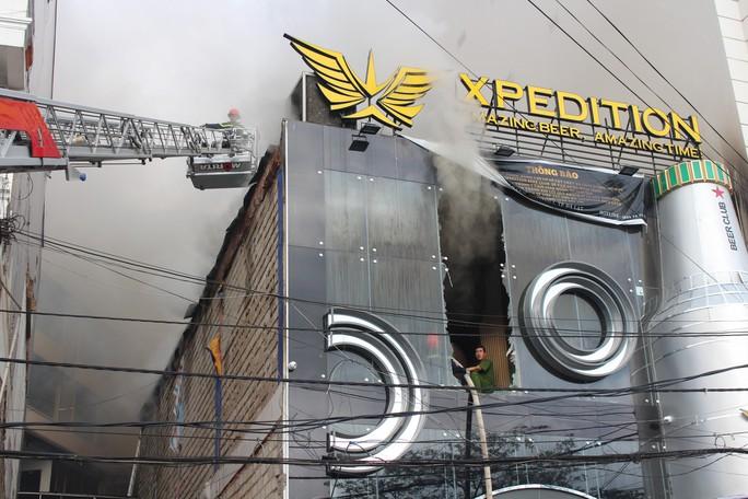 Cháy quán bia trung tâm Đà Lạt, hàng trăm du khách hoảng loạn - Ảnh 4.