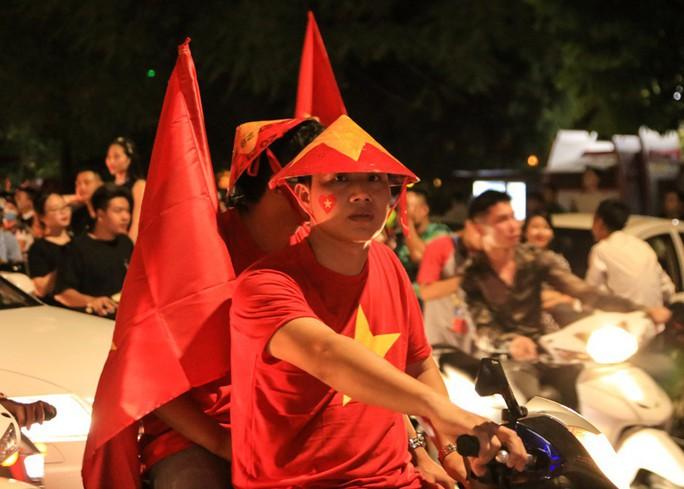 Hồ Gươm tràn ngập pháo sáng và cờ đỏ mừng chiến thắng Olympic Việt Nam - Ảnh 9.