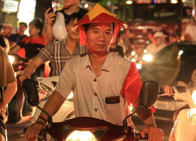 Hồ Gươm tràn ngập pháo sáng và cờ đỏ mừng chiến thắng Olympic Việt Nam - Ảnh 10.