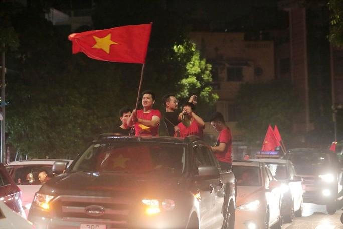 Hồ Gươm tràn ngập pháo sáng và cờ đỏ mừng chiến thắng Olympic Việt Nam - Ảnh 11.