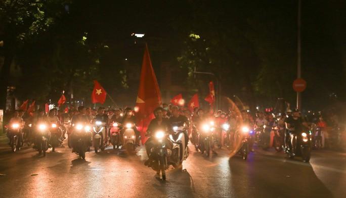 Hồ Gươm tràn ngập pháo sáng và cờ đỏ mừng chiến thắng Olympic Việt Nam - Ảnh 12.