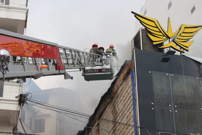 Cháy quán bia trung tâm Đà Lạt, hàng trăm du khách hoảng loạn - Ảnh 3.