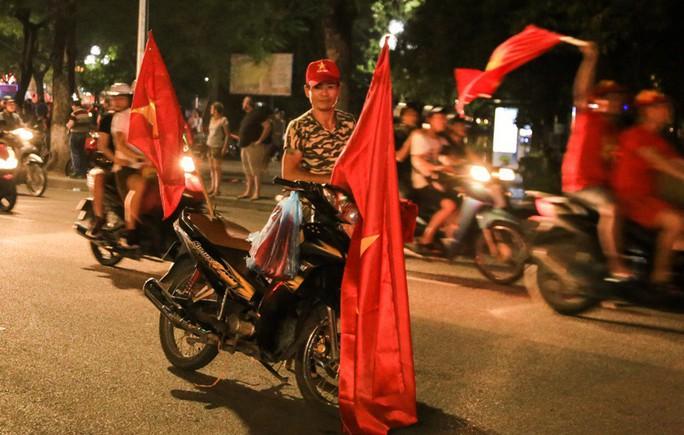 Hồ Gươm tràn ngập pháo sáng và cờ đỏ mừng chiến thắng Olympic Việt Nam - Ảnh 13.