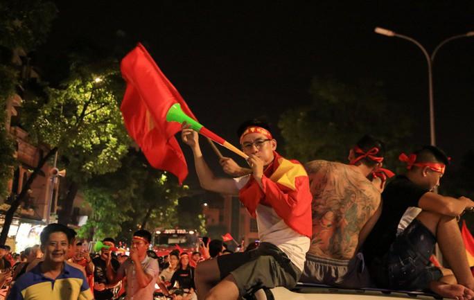 Hồ Gươm tràn ngập pháo sáng và cờ đỏ mừng chiến thắng Olympic Việt Nam - Ảnh 14.