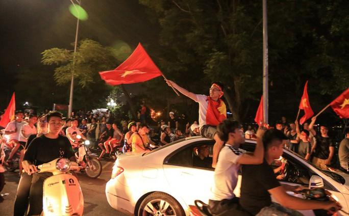 Hồ Gươm tràn ngập pháo sáng và cờ đỏ mừng chiến thắng Olympic Việt Nam - Ảnh 15.